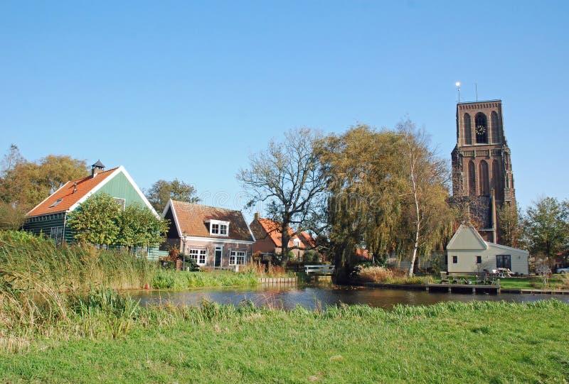 den kyrkliga färgrika holländare houses den typiska byn för tornet royaltyfri bild