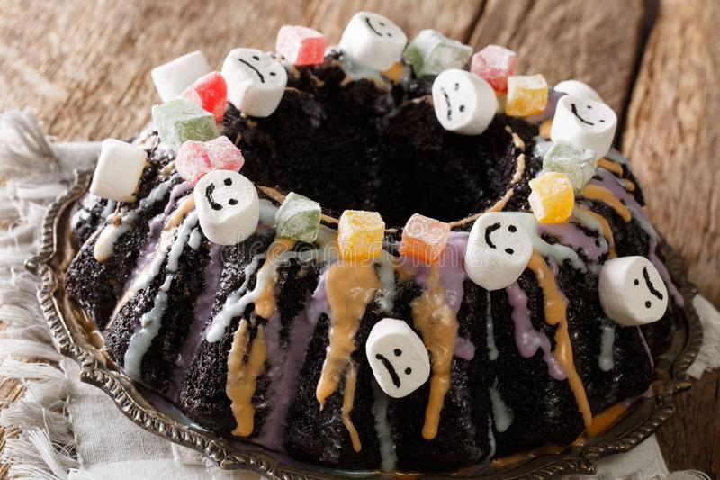 Den läckra chokladBundt kakan dekorerade med kanderade frukter, mor royaltyfri fotografi