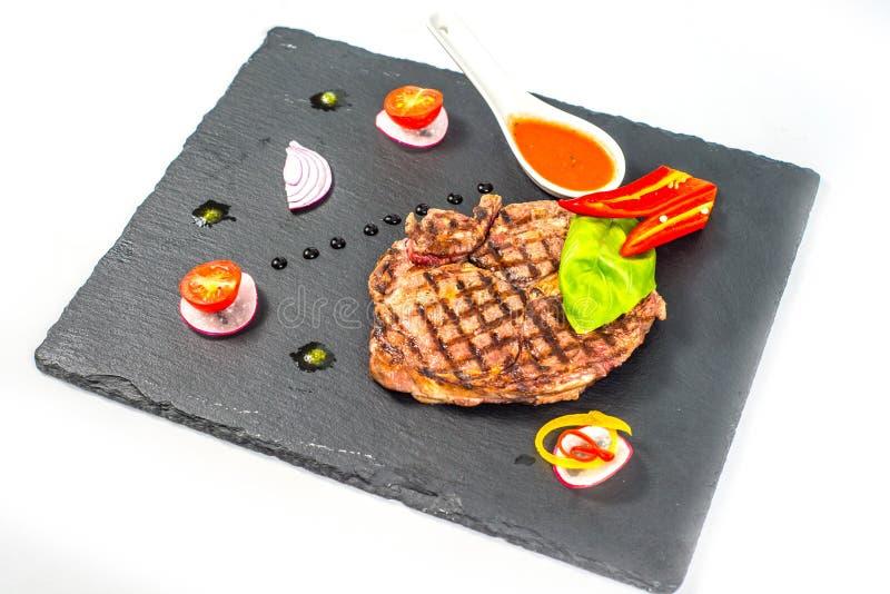 Den läckra delen av grillat sunt lutar det medelsällsynta snittet för nötköttbiff royaltyfri foto