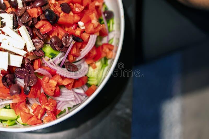 Den läckra diet-låg-kalorin skivade grönsaksallad med oliv och feta arkivfoto
