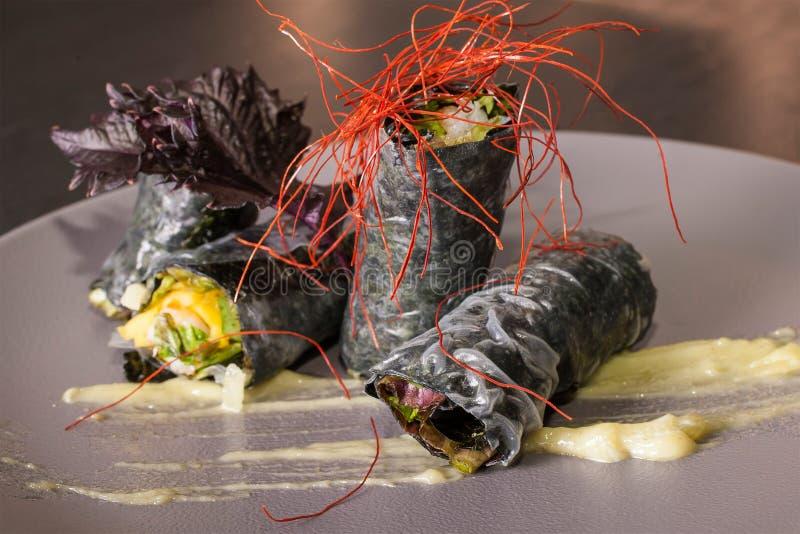 Den läckra grönsaken rullar med sås och basilika royaltyfria foton
