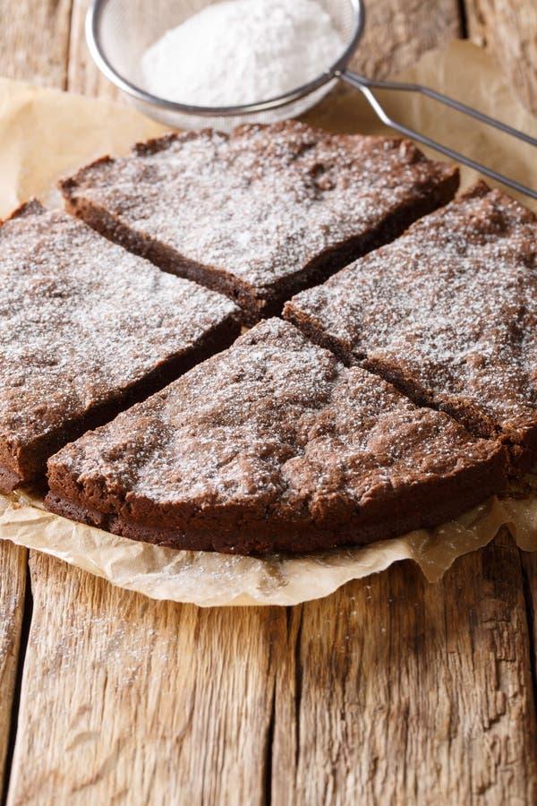 Den läckra nytt bakade svenska chokladkakan skivade närbild royaltyfri bild