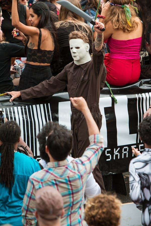Den läskiga Michael Myers Movie Character Walks In Atlanta allhelgonaaftonen ståtar royaltyfri bild