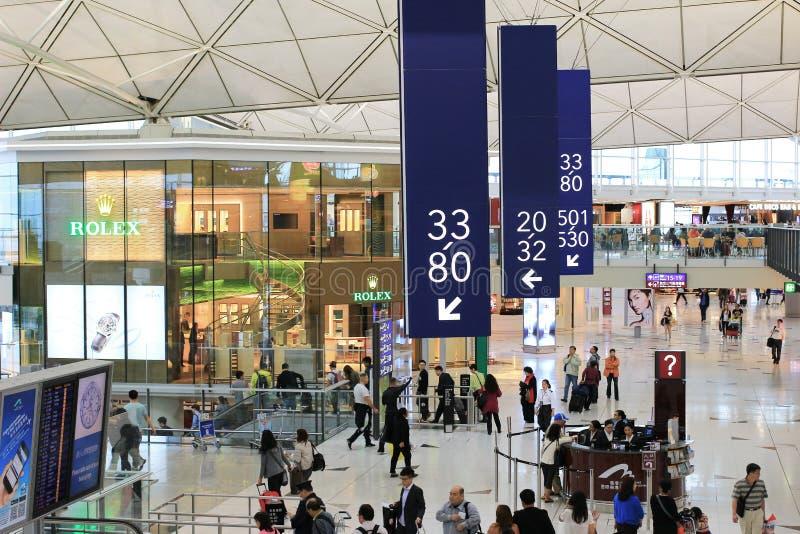 den långa korridoren på den Hong Kong flygplatsen arkivbilder