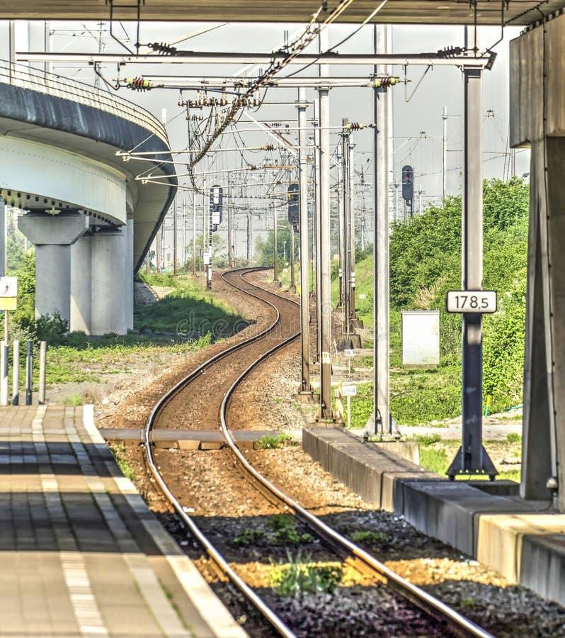 Den långa och slingriga järnvägsspåret royaltyfri fotografi