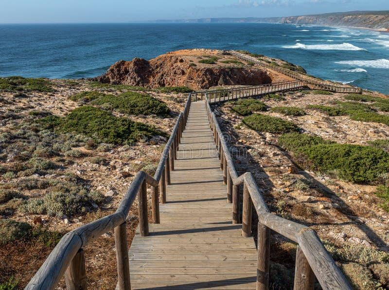 Den långa strandpromenaden på Bordeira arkivfoton