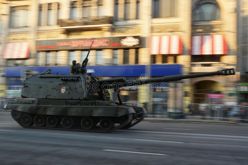 Den långskjutande artilleribehållaren under krig ståtar arkivfoton