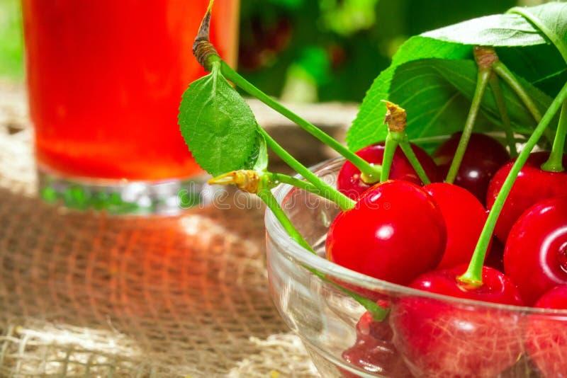 Den laga mat fruktsaften från körsbären i trädgården royaltyfri foto