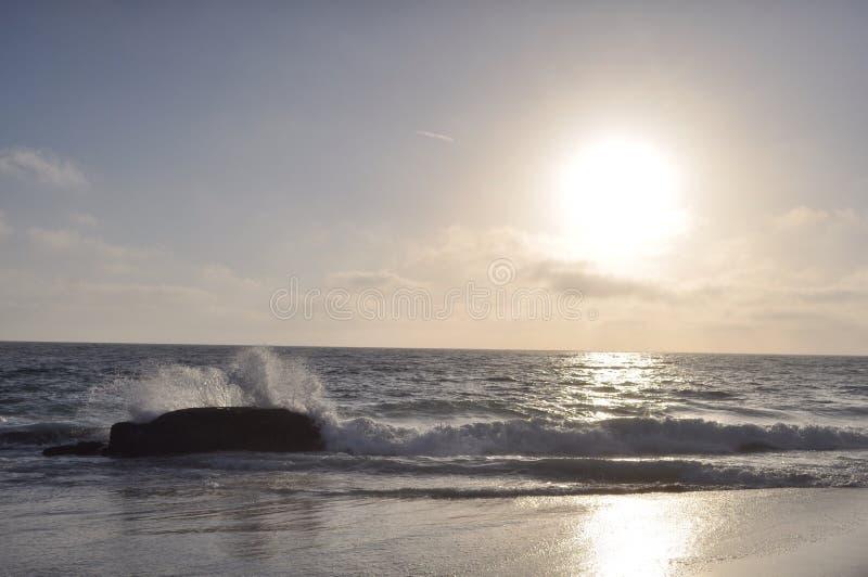 Den Laguna strandvågen som kraschar på, vaggar royaltyfri bild