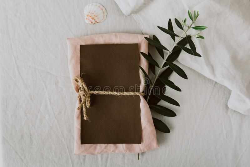 Den lantliga bröllopinbjudan cards mallen med den olivgröna filialen begrepp isolerad naturwhite royaltyfri fotografi