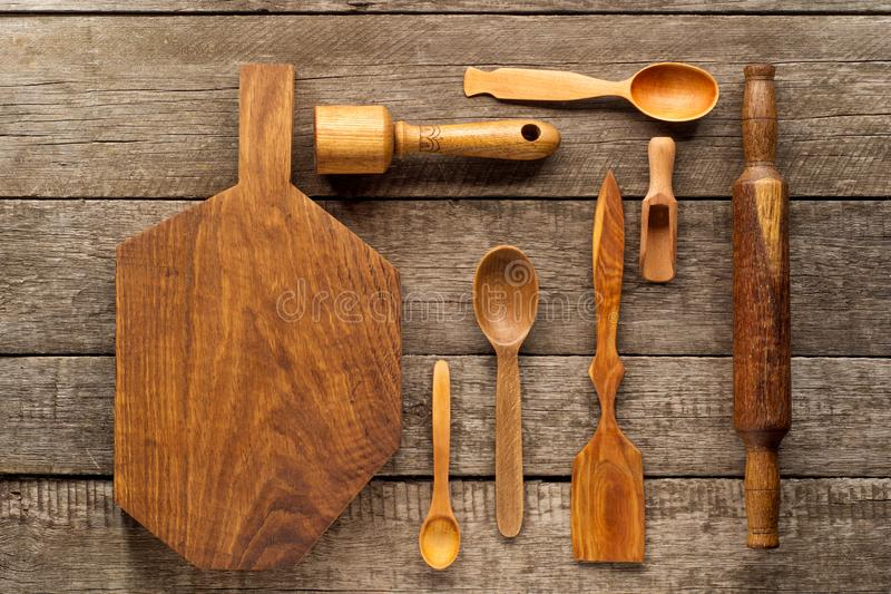 Den lantliga köksgerådet på tappning planked den wood tabellen från över Lantlig bakgrund med hjälpmedel royaltyfria bilder
