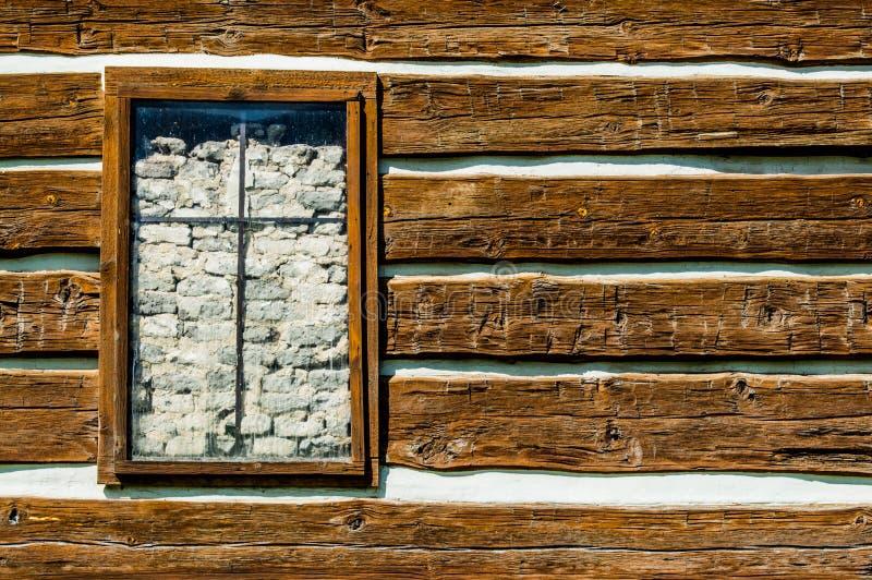 Den lantliga timmerväggen med ett fönster som förbi barrikaderas, vaggar arkivbilder