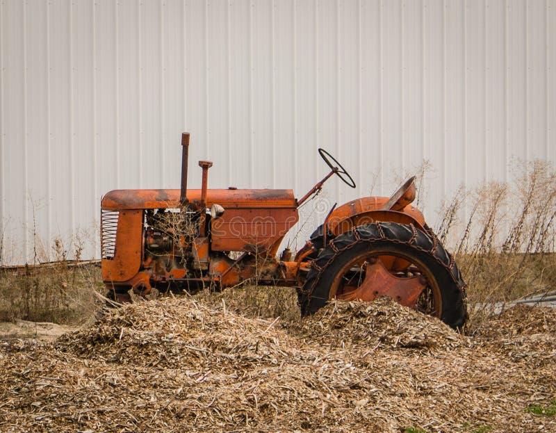 Den lantliga traktoren har sett bättre dagar arkivbild