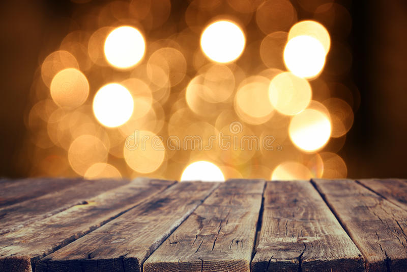Den lantliga wood tabellen av blänker framme guld- ljusa bokehljus arkivbilder
