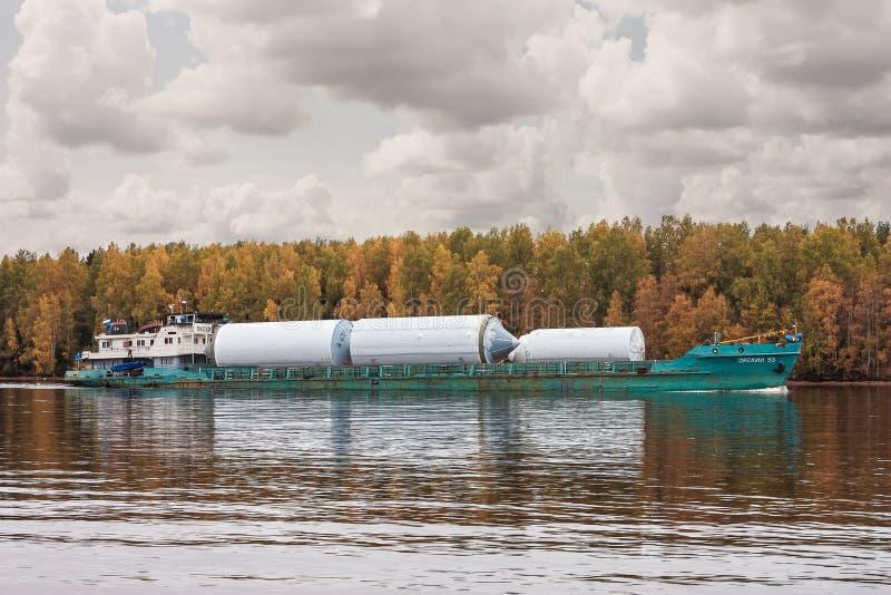 Den lastfartyg`-Oka 53 `en, flod Volga, i från den ryska federationen Vologda oblast 29 September 2017 Lastfartyget som laddas me royaltyfria foton