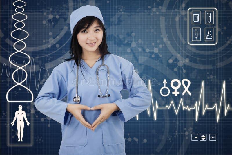 Den latinamerikanska kirurgen gör hjärtasymbol arkivbild