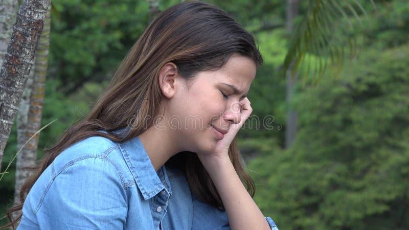 Den latinamerikanska tonåriga flickagråt med emotionellt smärtar fotografering för bildbyråer
