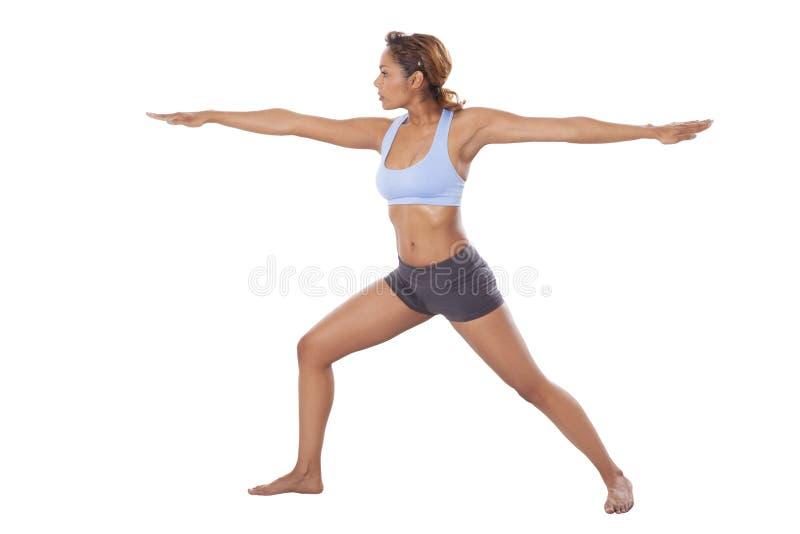 Den latinska kvinnan utför yogaflyttningar. fotografering för bildbyråer