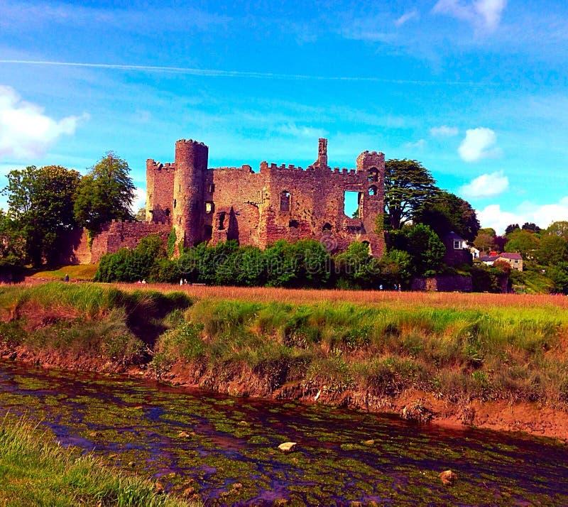 Den Laugharne slotten fördärvar royaltyfri bild