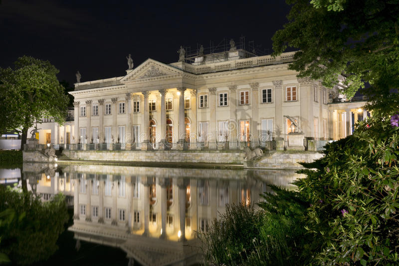 Den Lazienki slotten i Lazienki parkerar på natten, Warszawa royaltyfria bilder