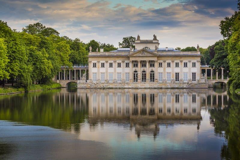 Den Lazienki slotten i Lazienki parkerar, Warszawa Lazienki Krolewski arkivbild