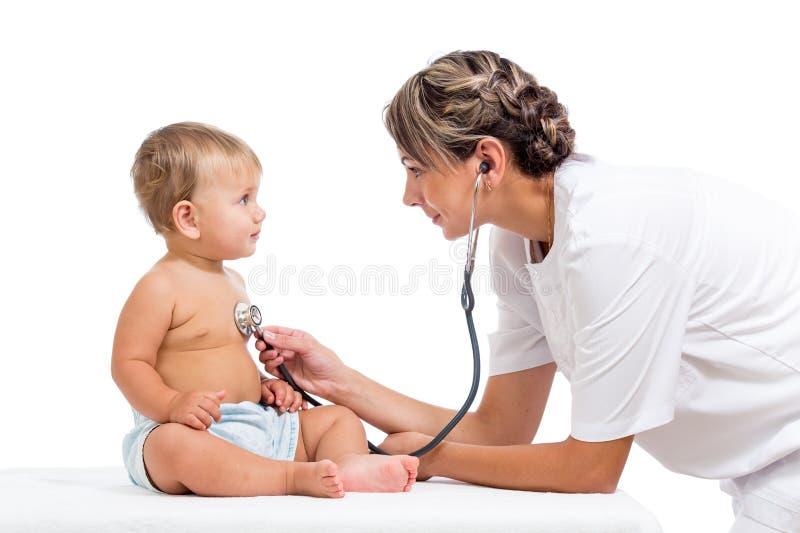 Den le doktorn som undersöker, behandla som ett barn isolerat på white royaltyfria foton