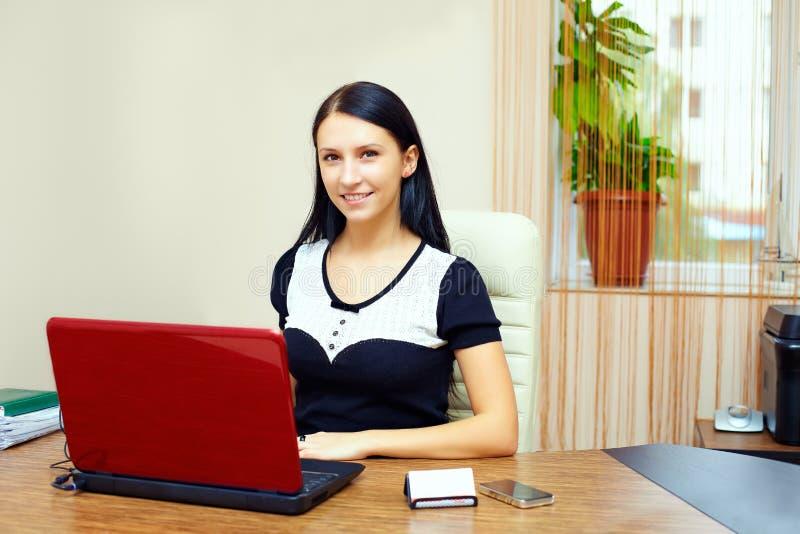 Den le kvinnan på arbetet förlägger i regeringsställning inre arkivfoto