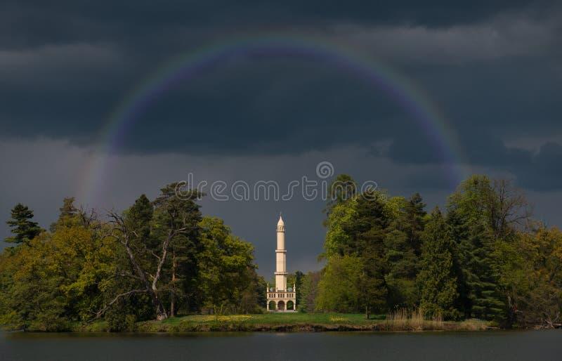 Den Lednice slotten parkerar i by av den södra Moravian regionen, Tjeckien Minaret av Hardmudt royaltyfri foto