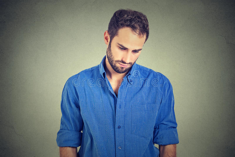 Den ledsna ensamma mannen som ner ser, har ingen energimotivation i deprimerat liv royaltyfria bilder