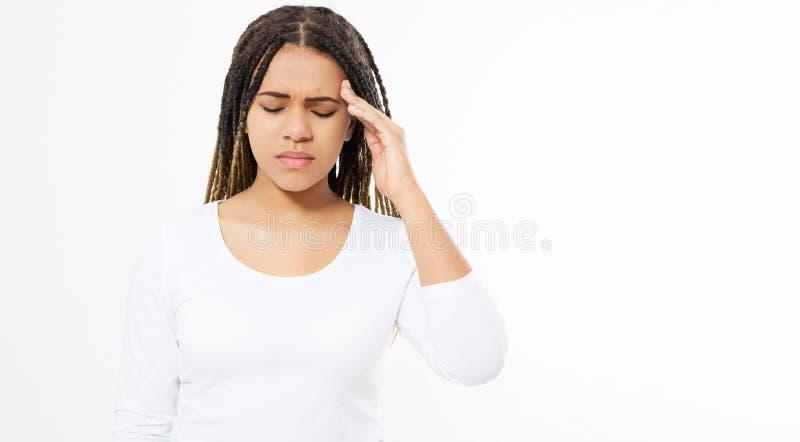 Den ledsna härliga unga flickan lider från huvudvärker och migrän - kopieringsutrymme som lider kvinnan arkivfoto