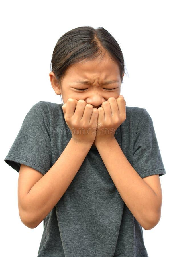 Den ledsna lilla asiatiska flickan har en tandvärk royaltyfri foto