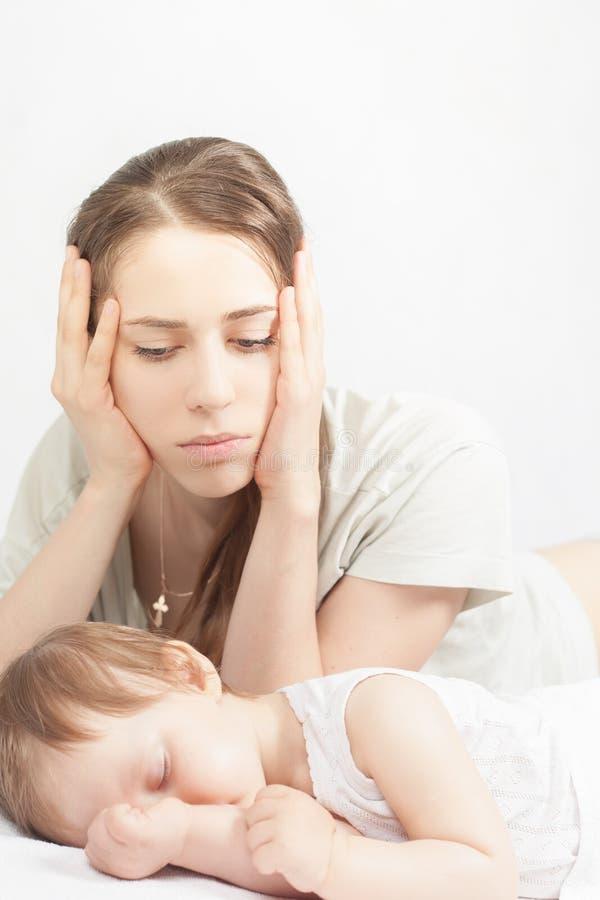Den ledsna modern med behandla som ett barn arkivfoto