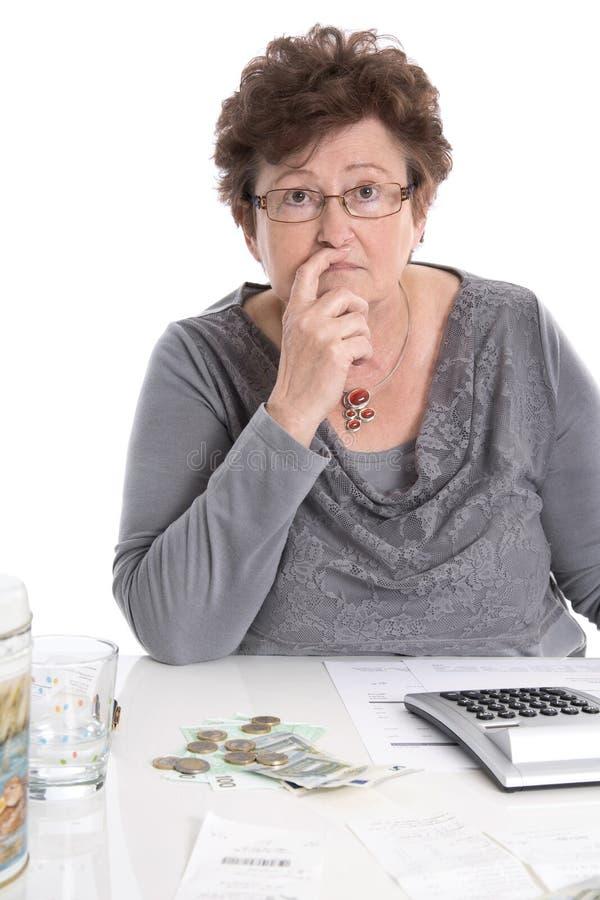Den ledsna pensionärkvinnan har pengarproblem - armod i åldern royaltyfri foto