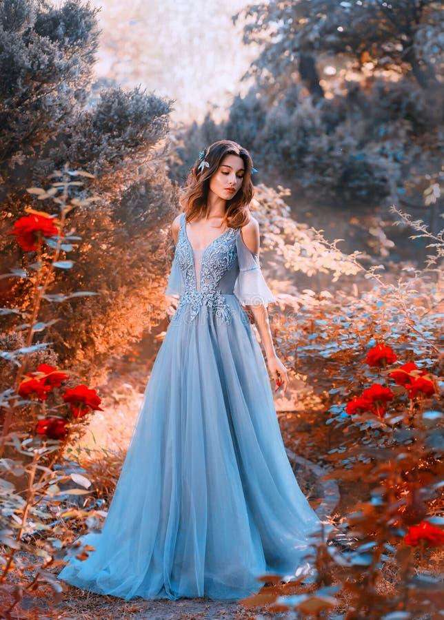 Den ledsna prinsessan går, i att blekna höstträdgården med vissna växter arkivfoton