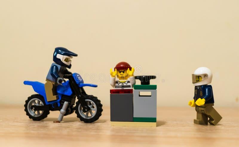 Den Lego polisen och fånge fotografering för bildbyråer