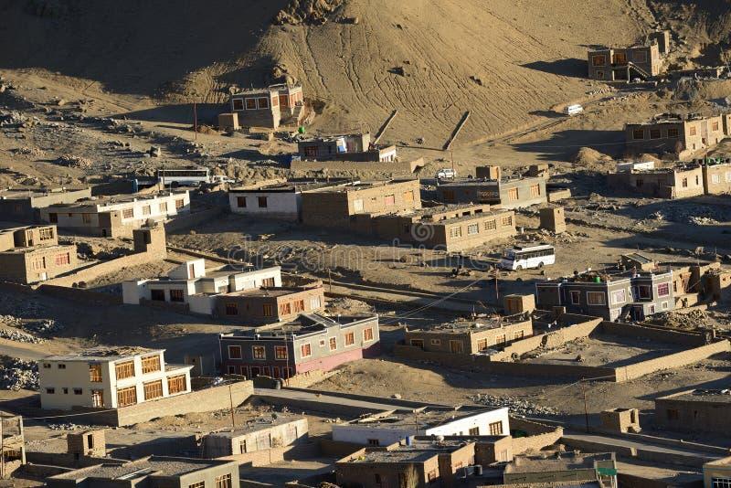 Den Leh staden lokaliseras i de indiska himalayasna arkivbild
