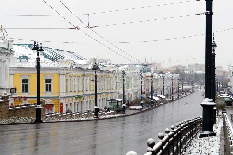 Den Lenina gatan i mitten av Omsk i Sibirien, Ryssland Första insnöade town Oktober 2016 arkivfoton