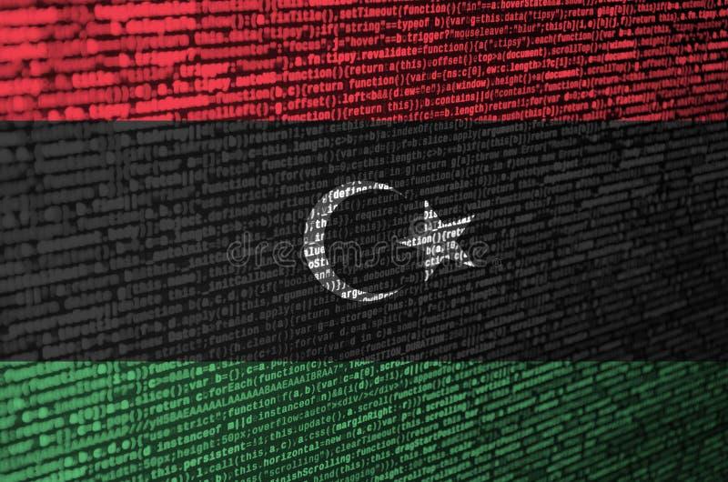 Den Libyen flaggan visas på skärmen med programkoden Begreppet av modern teknologi- och platsutveckling royaltyfria bilder