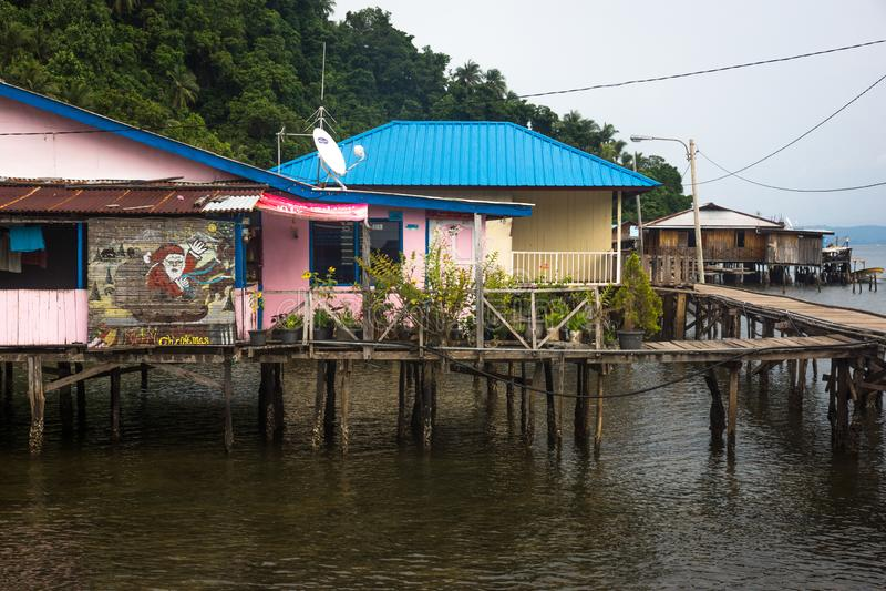 Den lilla avlägsna papuan byn royaltyfria foton