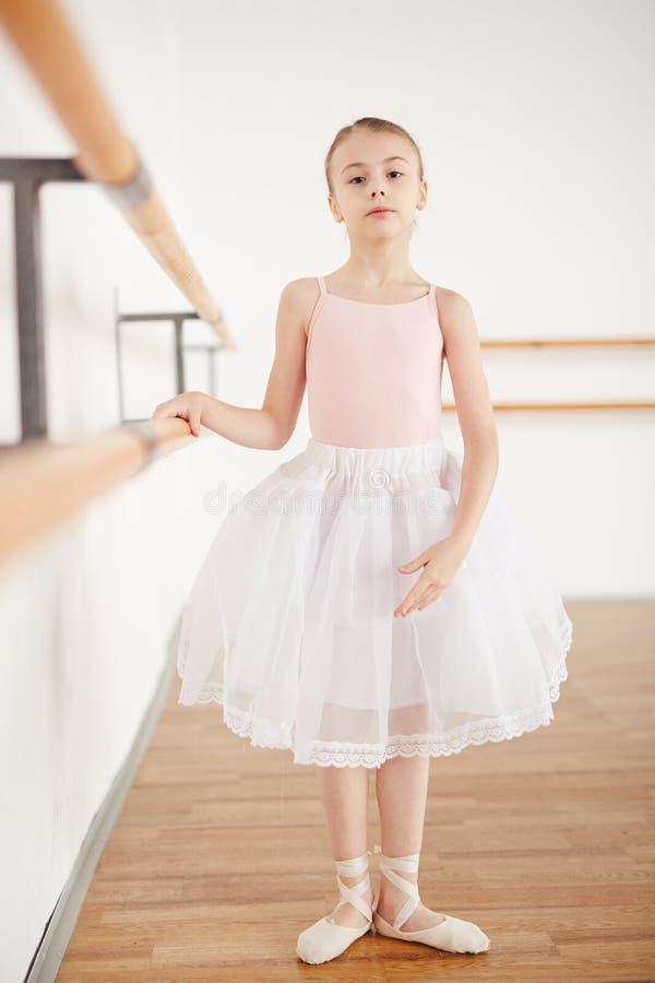 Den lilla ballerina som in blir, poserar i studio fotografering för bildbyråer