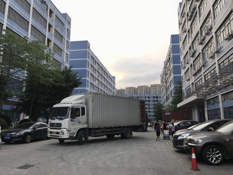 den lilla behållarebilen levererar på byggnadsmitten royaltyfria bilder