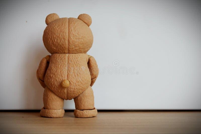 Den lilla björnen är att stå som vänder hans baksida arkivbilder