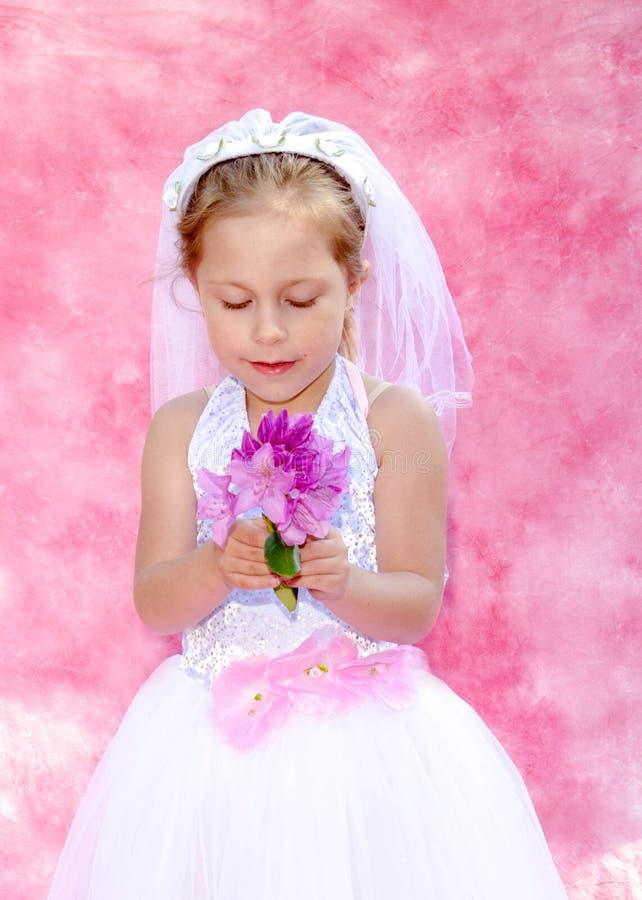 Den lilla bruden gör för att tro royaltyfri bild
