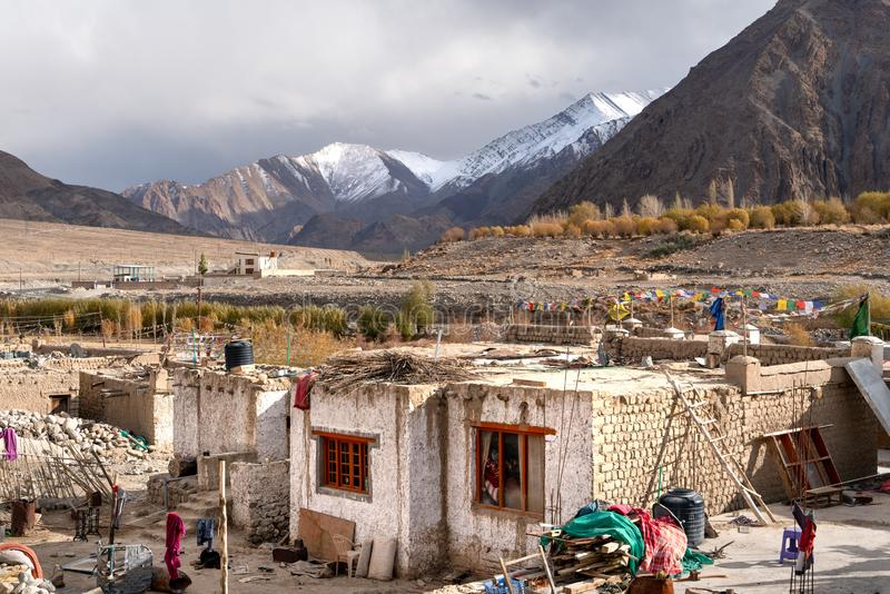 Den lilla byn på vägen till Leh arkivbilder