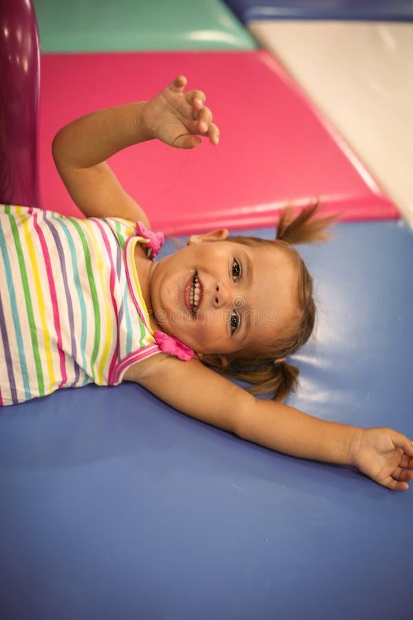 Den lilla caucasianen behandla som ett barn i lekplats Lyckliga små behandla som ett barn se a arkivbild