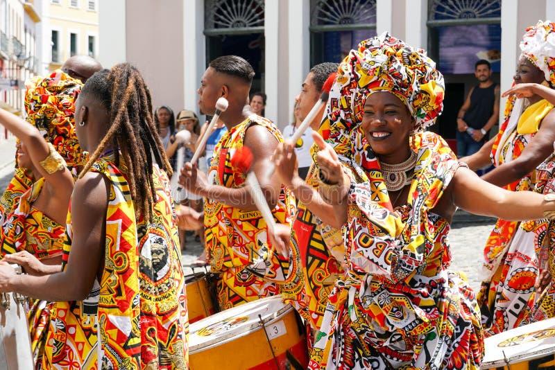 Den lilla dansaren ståtar med traditionella dräkter och instrument som firar med rumlare karnevalet, Brasilien fotografering för bildbyråer