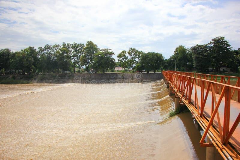 Den lilla fördämningen knackar in floden För förhöjningnivå av vatten till kanalen fo royaltyfri bild