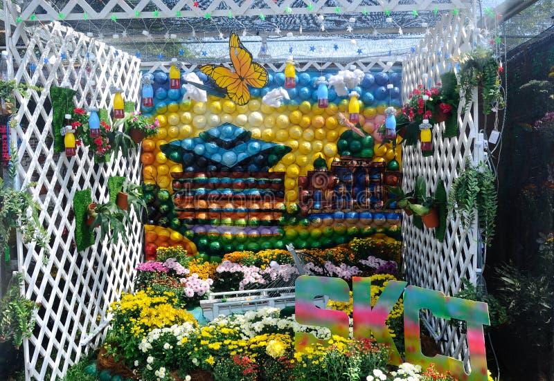 Den lilla fackträdgården som göras från blandning av, återanvänder material och blomman arkivfoto
