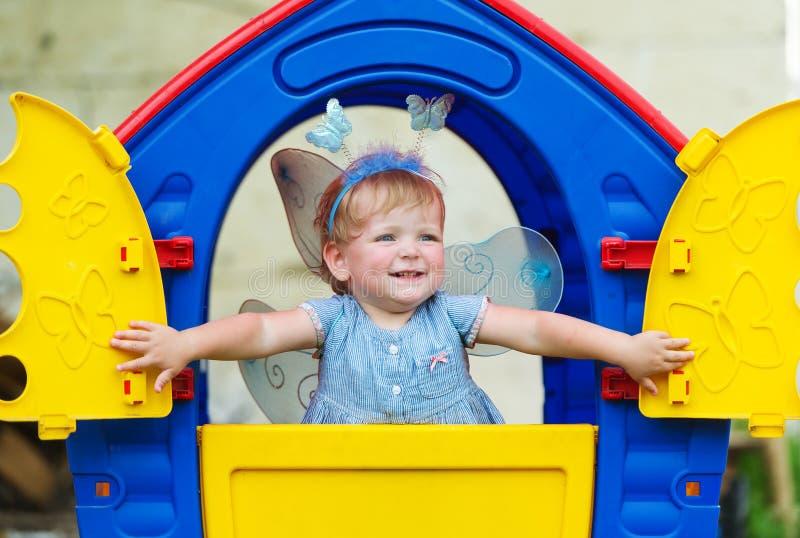 Den lilla fen med vingar ser ut ur barns loge fotografering för bildbyråer