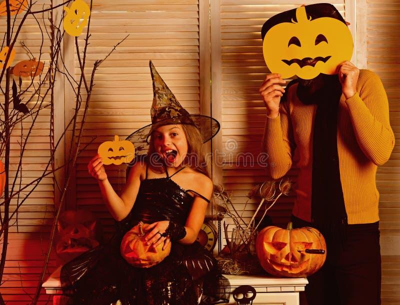 Den lilla flickan tycker om det halloween partiet med fadern Den lilla flickan och fadern firar halloween mått för 1 mjölkar 3 5  arkivfoto